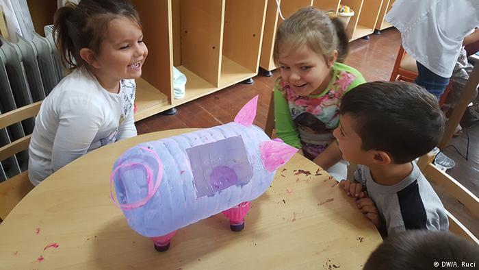 Albanien Kindergarten Unterricht zum Thema Müllentsorgung (DW/A. Ruci)