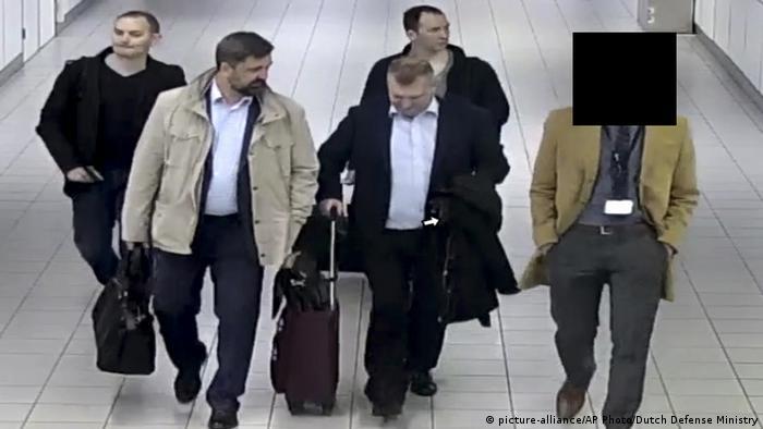 Ministério da Defesa holandês divulgou imagem de quatro supostos espiões russos que foram expulsos do país