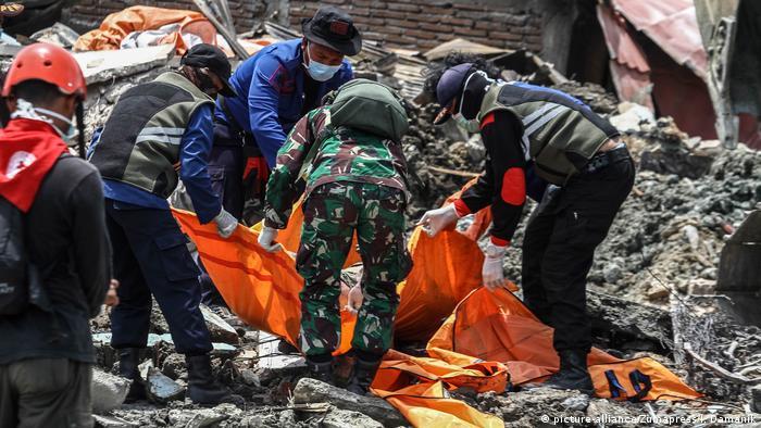 Tareas de rescate luego del terremoto en Palu, Indonesia.