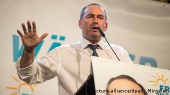 Hubert Aiwanger giving a campaign speech (picture-alliance/dpa/L. Mirgeler)