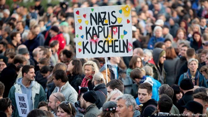 Österreich Demonstration gegen die Bundesregierung in Wien (picture-alliance/dpa/G. Hochmuth)