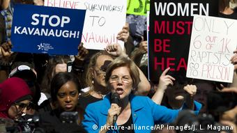 Elizabeth Warren speaks into a microphone at a protest against Trump Supreme Court nominee Brett Kavanaugh (picture-alliance/AP Images/J. L. Magana)