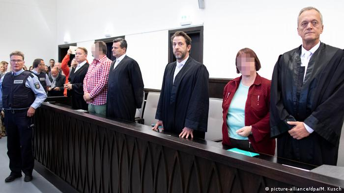Wilfried W. and Angelika W. with laywers in court (picture-alliance/dpa/M. Kusch)