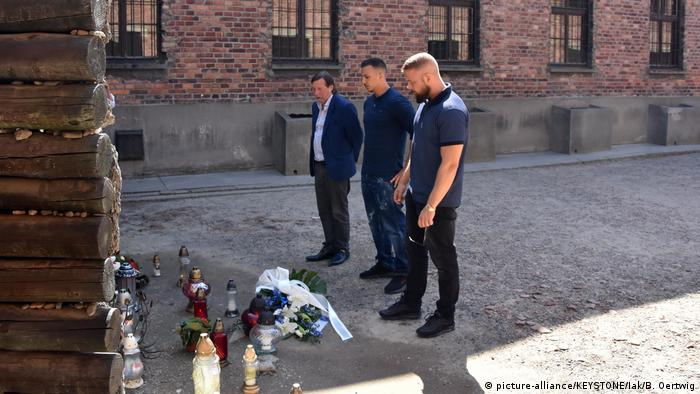 German rappers Kollegah and Farid Bang visit Auschwitz with Thomas Heubner, vice-president of the International Auschwitz Committee (picture-alliance/KEYSTONE/Iak/B. Oertwig)