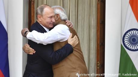 Indien Russland Narendra Modi umarmt Vladimir Putin (picture-alliance/AP Images/Y. Kadobnov)