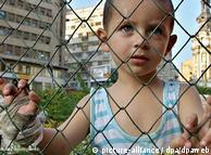 Lonut, de cuatro años, vive con su madre en la calle, en Bucarest, Rumania. Un esclavo puede comprarse en Rumania por dos mil dólares, dice Skinner.