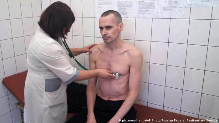Oleg Sentsov being examined by Russian doctor (picture-alliance/AP Photo/Russian Federal Penitentiary Service)