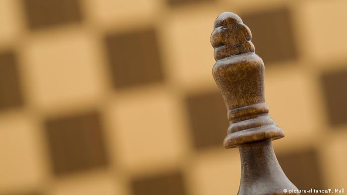 Symbolbild: König vor Schachbrett