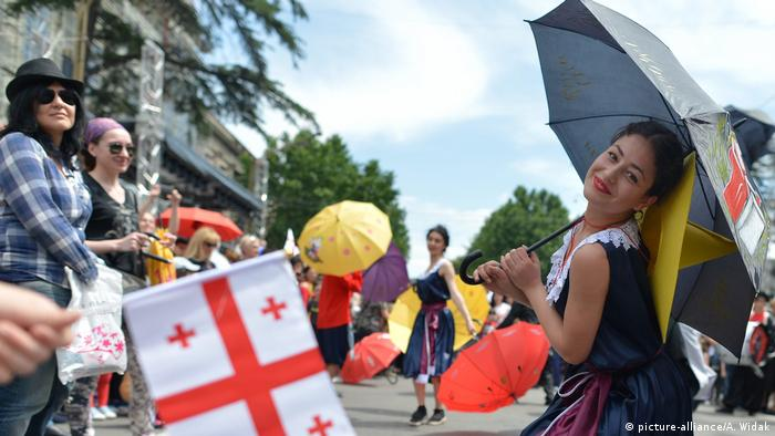Dancers with umbrellas and Georgian flags (picture-alliance/A. Widak)