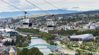 Cable cars hang over Tbilisi in Geogria (picture-alliance/A. Therin-Weise)