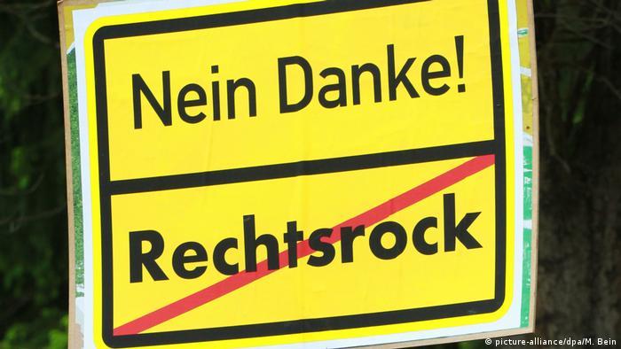 Schild gegen Rechtsrock