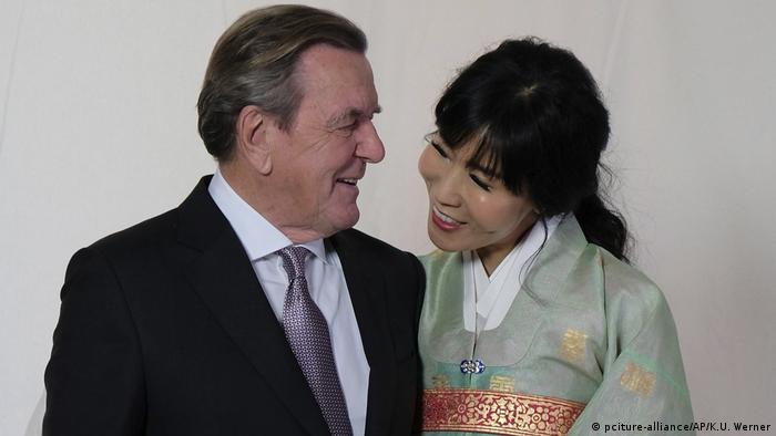 Almanya'nın eski başbakanlarından Gerhard Schröder (sol) ile Güney Koreli Soyeon Kim evlendi