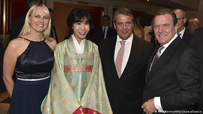 Hochzeit von Soyeon Kim und Gerhard Schröder in Berlin l Hochzeitspaar mit Sigmar und Anke Gabriel (pciture-alliance/AP/K.U. Werner)
