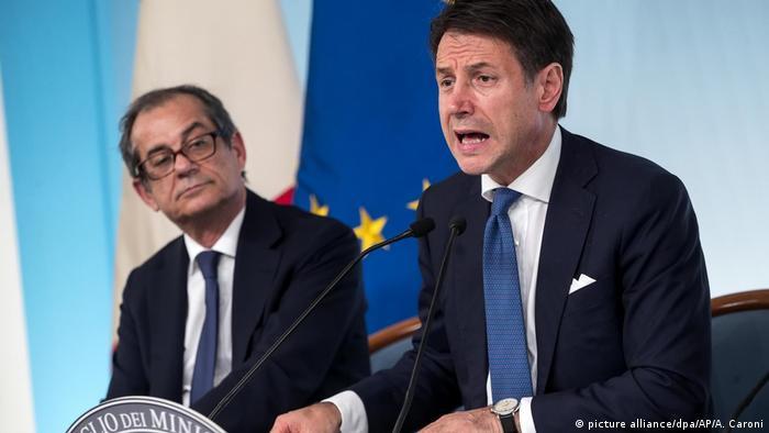 Italien ändert umstrittene Haushaltspläne - Wirtschafts- und Finanzminister Giovanni Tria und Premierminister Giuseppe Conte