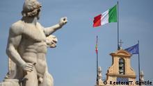 Italien Haushalt l Italienische und Europäische Fahne am Quirinalspalast in Rom