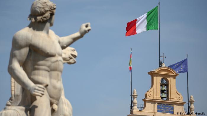 Italien Haushalt l Italienische und Europäische Fahne am Quirinalspalast in Rom (Reuters/T. Gentile)