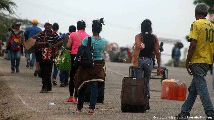 Venezuelans cross the Colombian border