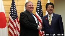 وزير الخارجية الأمريكي السابق مايك بومبيو (على اليسار) مع رئيس الوزراء الياباني السابق شينزو آبي