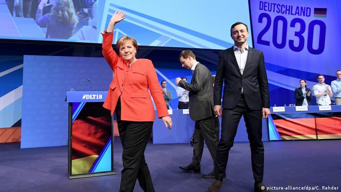 Angela Merkel waving to audience in Kiel (picture-alliance/dpa/C. Rehder)