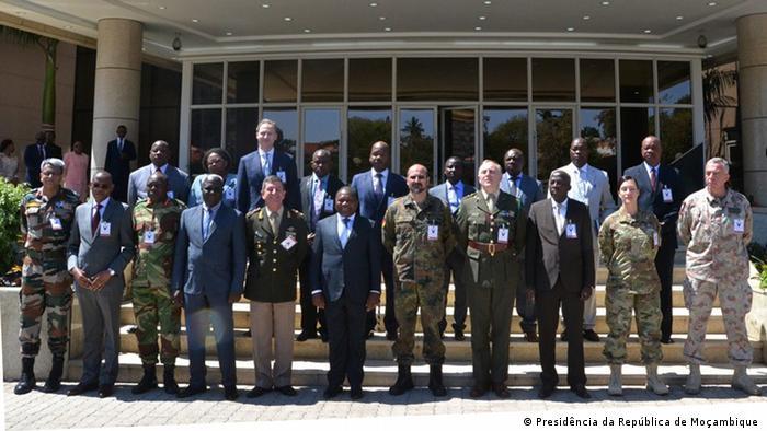Filipe Nyusi com peritos militares internacionais e membros das comissões do dialogo de paz entre o Governo e a RENAMO