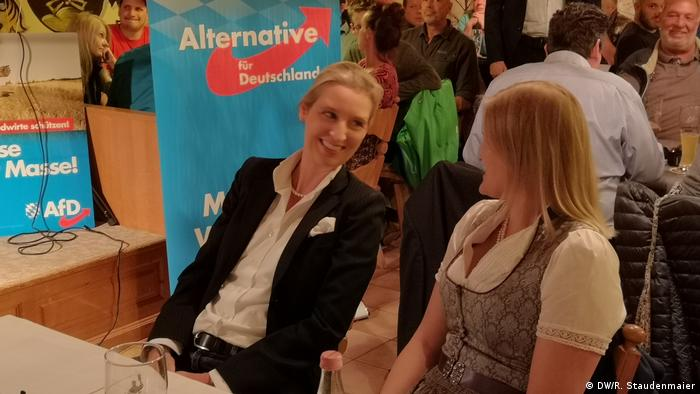 AfD parliamentary party leader Alice Weidel speaks with says Katrin Ebner-Steiner, the AfD's candidate in Deggendorf at a campaign rally in Exing, Germany (DW/R. Staudenmaier)