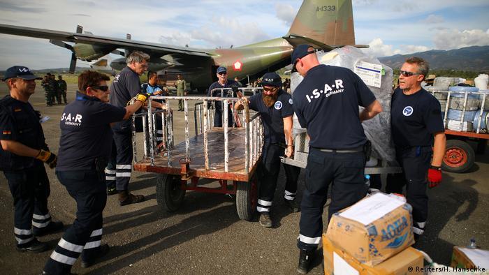 Indonesien Hilfsorganisation ISAR-Germany am Flughafen in Palu (Reuters/H. Hanschke)