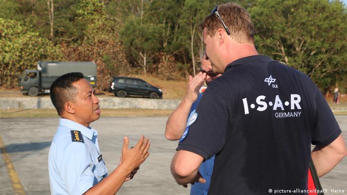 Indonesien Hilfsorganisation ISAR-Germany am Flughafen in Palu (picture-alliance/dpa/S. Heine)