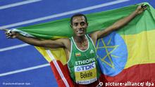epa01826978 Kenenisa Bekele of Ethiopia celebrates after winning the 10000m final at the 12th IAAF World Championships in Athletics, Berlin, Germany, 17 August 2009. EPA/RAINER JENSEN +++(c) dpa - Report+++ ### Verwendung nur in Deutschland ###