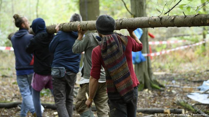 Deutschland Umweltaktivisten im Hambacher Forst
