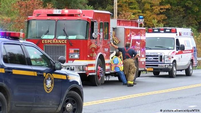 Emergency vehicles respond to the accident (picture-alliance/dpa/WTEN)