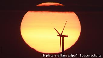 Deutschland erneubare Energien Ökostrom Symbolbild (picture-alliance/dpa/J. Stratenschulte)