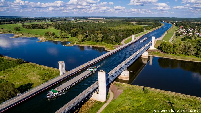 Shipping traffic on the canal bridge near Magdeburg (picture-alliance/dpa/A. Lander)