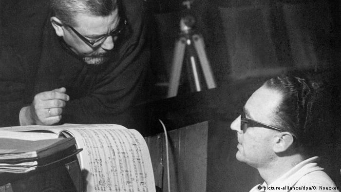 Gielen (r.) 1965 während einer Probe im Kölner Opernhaus im Gespräch mit dem Komponisten Bernd Alois Zimmermann