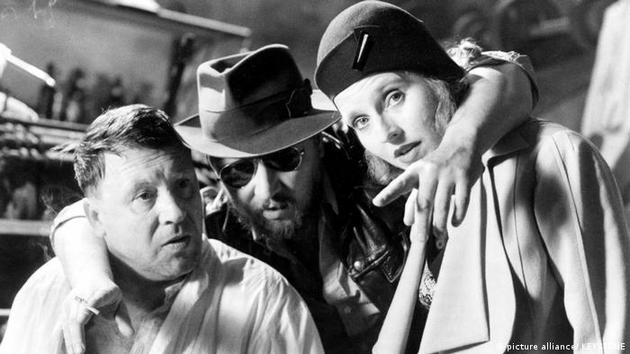 Hanna Schygulla, con el director Rainer Werner Fassbinder (centro) y el actor Günter Lamprecht, en el rodaje de Berlin Alexanderplatz. (1979).