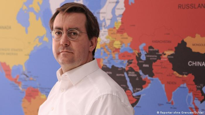 Aufnahme von RoG Geschäftsführer Christian Mihr vor einer Weltkarte der Pressefreiheit