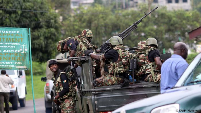 Soldiers patrolling the streets of Buea (DW/F. Muvunyi )