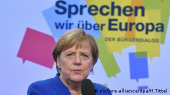 Kanzlerin Merkel spricht mit Bürgern in Trier (picture-alliance/dpa/H.Tittel)