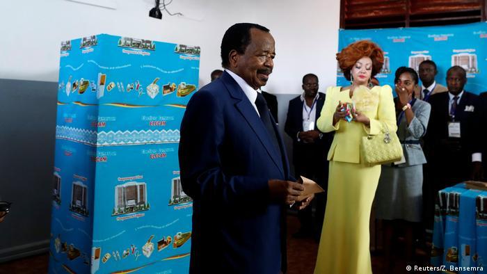 Le président Paul Biya en train de voter en compagnie de son épouse Chantal Biya lors de la présidentielle d'octobre 2018