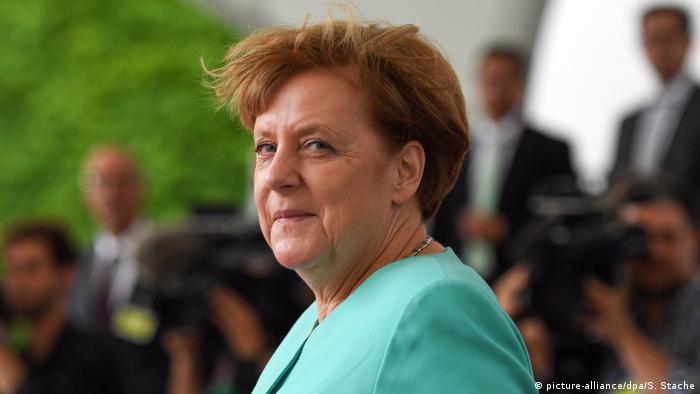 Bundeskanzlerin Merkel mit vom Wind verwehten Haar (picture-alliance/dpa/S. Stache)