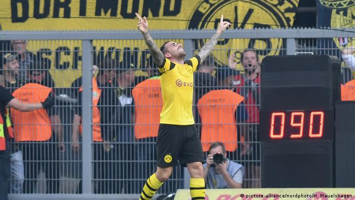Paco Alcacer celebrates his last-minute match-winner for Borussia Dortmund against Augsburg, 06.10.2018.