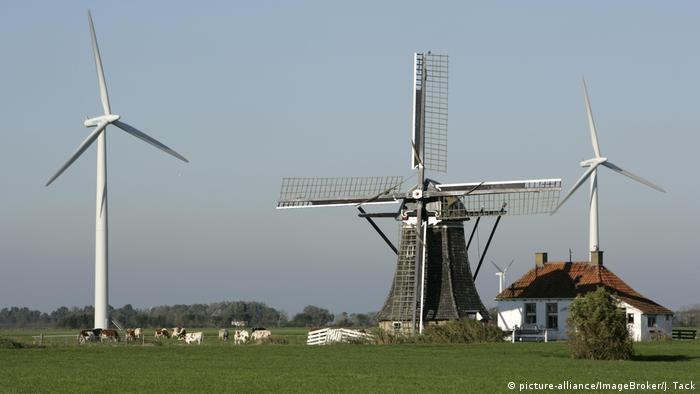 Niederlande Windmühle und Windkraftanlage