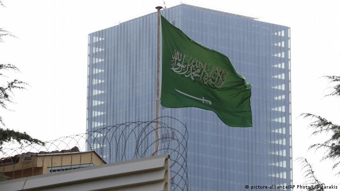 Saudische Flagge über den Konsulat in Istanbul
