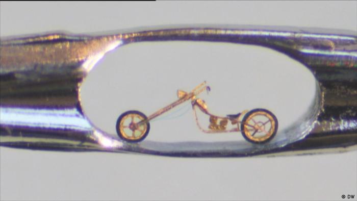 Bild eines Motorrads in einem Nadelöhr (DW)