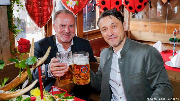 بازیکنان و سرپرستان باشگاه بایرن مونیخ نیز بهطور سنتی در جشن اکتبر شرکت میکنند. عکس: کارل هاینس رومنیگه، رئیس هیئت مدیره باشگاه بایرن مونیخ و نیکو کواچ سرمربی تیم در جشن آبجو.