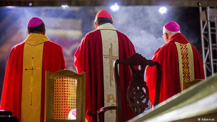 Óscar Romero fue asesinado a tiros en el altar, por orden de poderosos políticos.