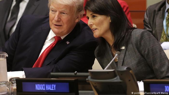 Nikki Haley (sol) ile Abd Başkanı Donald Trump, Birleşmiş Milletler Genel Kurulu'nda fikir alışverişi yapıyor