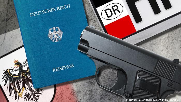 Reichsbürger passport, license plate and gun (picture alliance / Bildagentur-online / Ohde)