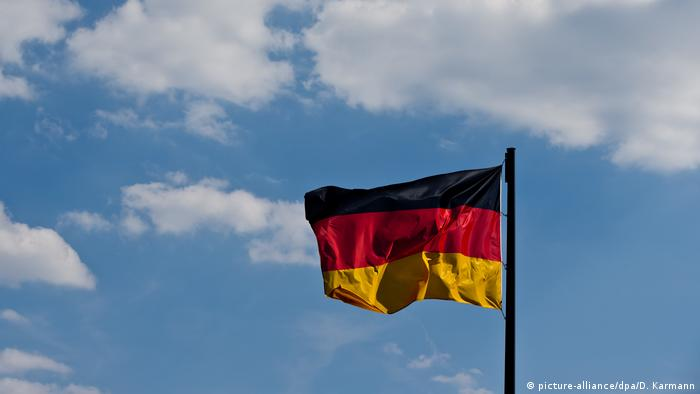 Deutschlandflagge (picture-alliance/dpa/D. Karmann)