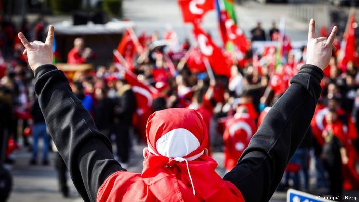 Almanya'nın Hamburg kentinde Türk milliyetçilerin ve muhafazakârların 2016'da düzenlediği bir gösteride Bozkurt işareti yapan bir gösterici