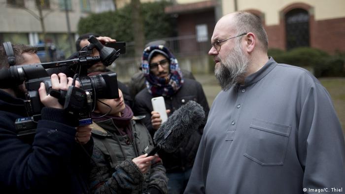 برنهارد فالک و کمکرسانی به اسلامگرایان و سلفیهای زندانی در آلمان